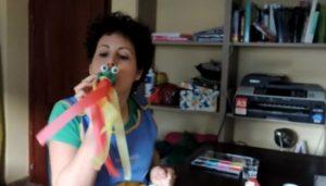 La seño María desarrolla la actividad para estimular el soplo en los pequeños