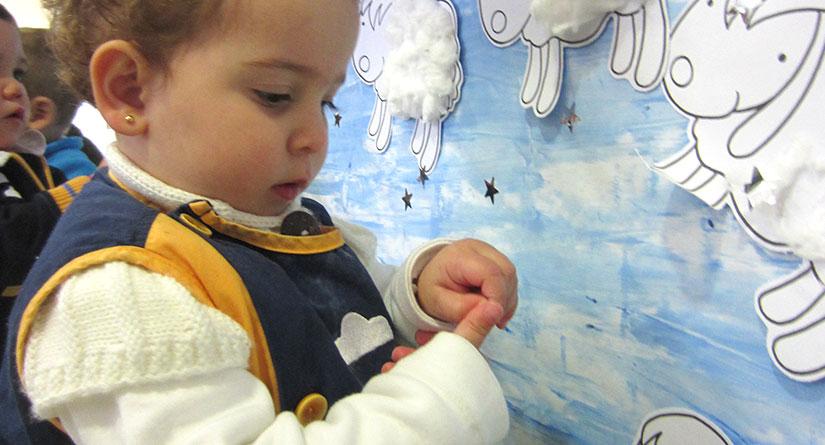 Alumno de 1 año haciendo una manualidad