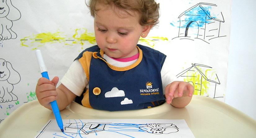 Alumna pintando en una trona